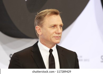 """BERLIN, GERMANY - OCTOBER 30: actor Daniel Craig attends the Germany premiere of James Bond 007 movie """"Skyfall"""" at the Theater am Potsdamer Platz on October 30, 2012 in Berlin, Germany"""