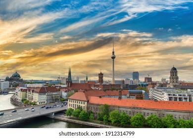 Berlin Deutschland, Sonnenuntergang City Skyline am Berliner Fernsehturm und Spree River