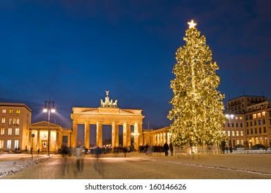 berlin pariser platz and brandenburg gate in winter with christmas tree