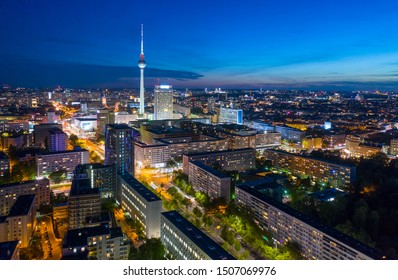 Berlin Skyline City Panorama mit blauem Himmelssonnenuntergang und Verkehr - berühmtes Wahrzeichen in Berlin, Deutschland, Europa