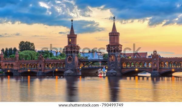 Berlin sunset city skyline an der Oberbaum Bridge und Spree River, Berlin, Deutschland