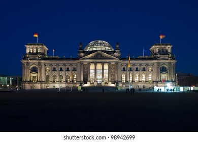 Berliner Reichstag front-view after sunset