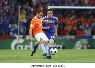 BERN, SWITZERLAND - JUNE 13:  Wesley Sneijder of the Netherlands passes the ball as France's Franck Ribery defends during a UEFA Euro 2008 Group C match June 13, 2008 in Bern, Switzerland.