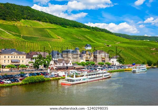 Bernkastel Kues und Weinberge mit Panoramablick. Bernkastel-Kues ist ein bekanntes Weinbauzentrum am Moselfluss.