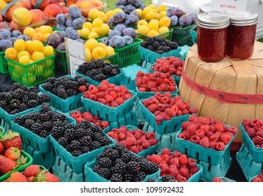 Beeren und Konserven auf dem Markt für Außenbauern