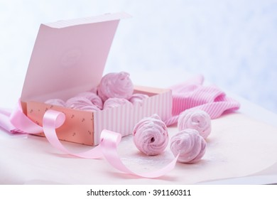 Berry marshmallow in a gift box on a pink background.