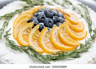 ベリー、ミント、オレンジケーキ