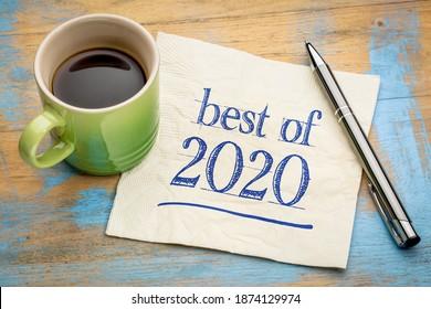 best of 2020 - l'écriture manuscrite sur une serviette de table avec une tasse de café, un produit ou une revue d'entreprise de l'année dernière
