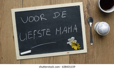 For the best and loving mother written in Dutch next to a breakfast