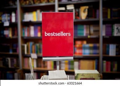 Bestsellers area in bookstore - viele bücher im hintergrund.