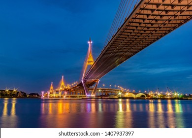"""Bhumibol Bridge,Turn on the lights in many colors at night. Thai translation: the name of the bridge over the pillar """"Bhumibol Bridge 1"""""""