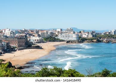 Biarritz avec la plage principale du centre-ville. Pays basque de France.
