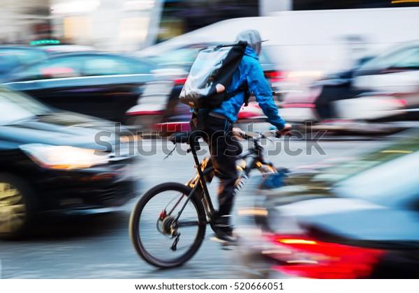 messager à bicyclette dans la circulation urbaine