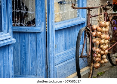 Bicycle with pink onion braid of Roscoff. Roscoff - Brittany - France