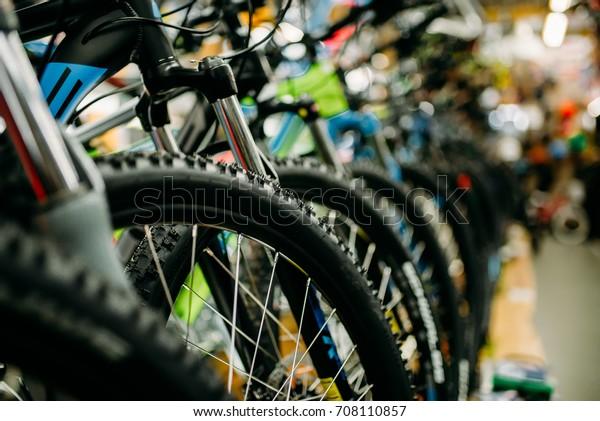 自転車店、新しい自転車の列、サイクルスポーツ店