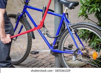 Fahrraddieb versucht ein Fahrrad zu stehlen