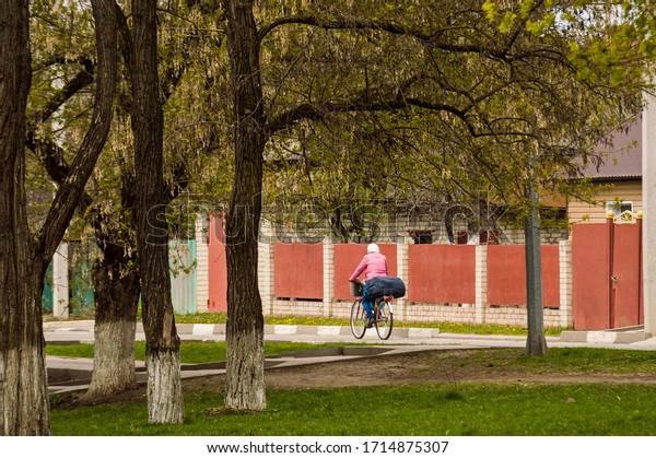 bicyclist-rides-on-city-street-600w-1714