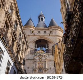Die große Glocke von Bordeaux, Frankreich. Es ist der Glockenturm des Rathauses. Das Tor und die Türme, die so genannte Grosse Cloche, werden als historische Denkmäler eingestuft