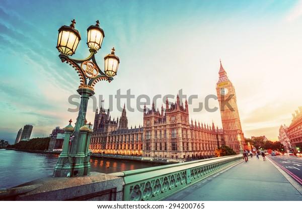 Big Ben gesehen von Westminster Bridge, London, Großbritannien. bei Sonnenuntergang. Straßenleuchte hinten. Vintage