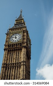 Big Ben under the clear sky with cloud