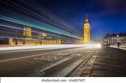 Big Ben y el puente del oeste por la noche en Londres, Reino Unido