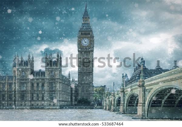 Big Ben und Westminster Bridge an einem kalten, schneebedeckten Wintertag, London, Vereinigtes Königreich