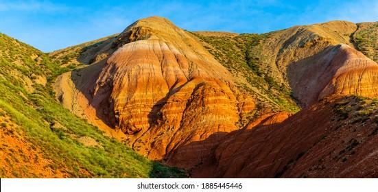 Grande montagne de Bogdo. Des affleurements de grès rouges sur les pentes de la montagne sacrée dans la steppe Caspienne Bogdo - réserve naturelle de Baskunchak, région d'Astrakhan, Russie