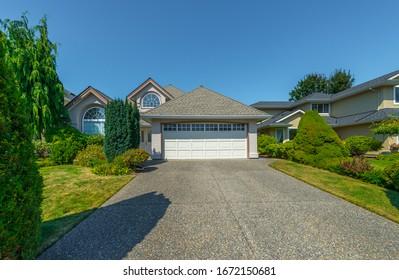 大きな慣習は、美しい造園と整理された前庭と車庫への道を備えた高級住宅を作った。