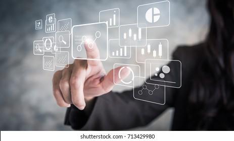 Análisis de grandes datos y concepto de inteligencia empresarial con iconos de gráficos y gráficos en una interfaz de pantalla digital y un hombre de negocios en segundo plano