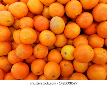 big fresh oranges sell on market