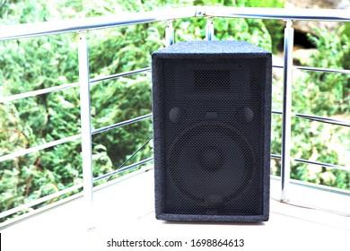 Großer Gitarrenverstärker-Lautsprecherschrank. Gitarrenverstärker einzeln auf grünem Hintergrund. Gitarrenverstärker und Lautsprechertonnen