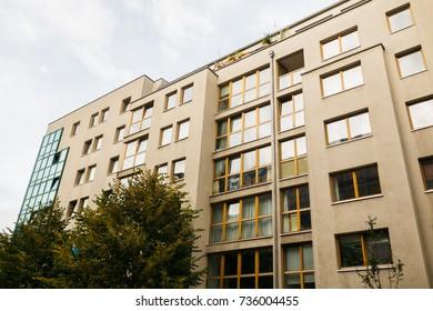 großes, modernes Gebäude in niedrigen Farben