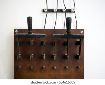 Big old electric knife switch for manual connection of consumers