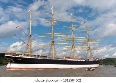 Grosses, altes Schiff auf den Flüssen Elbe bei Hamburg