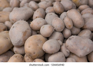A big pile of fresh potato's on a food market stand