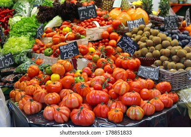 Big selection of all tomato variety at farmers market