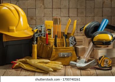 große Reihe von Werkzeugen für den Bau von Tischlern auf Holzhintergrund