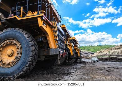 Großer Lastwagen in offener Grube und blauer Himmel auf Mamo Mine