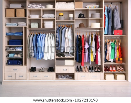 Big wardrobe different clothes dressing room stockfoto nu