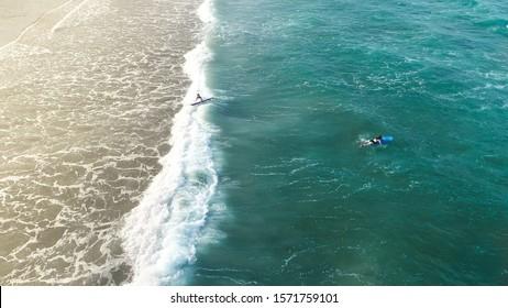 Grand surf. Vue aérienne sur l'océan bleu en Nouvelle-Zélande avec deux personnes surfaient ensemble. L'océan est beau et les vagues deviennent de plus en plus fortes. Surf sur fond océan.