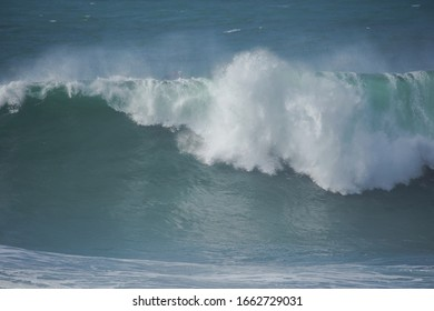Große Wellen in Nazare. Praia do Norte. Portugal
