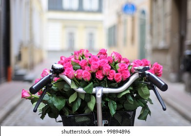 The bike basket with roses