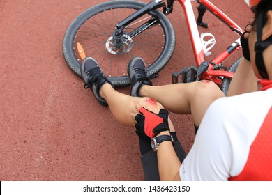 Bike injuries, woman cyclist fell down while cycling,injured both knees