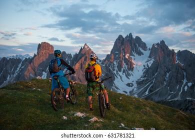 mit dem Fahrrad auf der Bergspitze