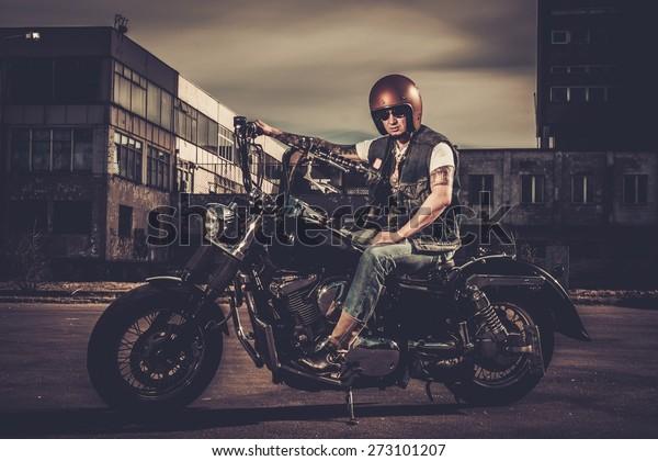 Photo de stock de Biker et sa moto de style (modifier