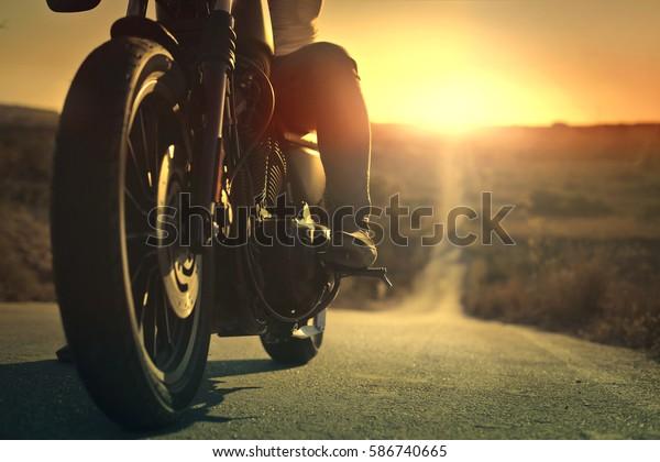 路上のバイカー