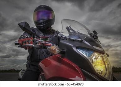 Biker wearing a helmet On a motorcycle Hand glove Then twist the throttle.