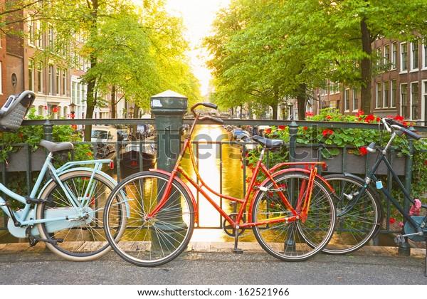 Fahrräder auf der Brücke in Amsterdam Niederlande
