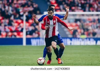 Bilbao, Spain. 27th April, 2019. Pais Vasco. San Mamés. Liga santander. Athletic Bilbao v D. Alavés: Beñat Etxebarria (#7) controlls the ball against Alaves rival.