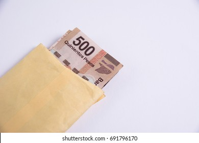 Bills of 500 Mexican pesos Inside a yellow envelope